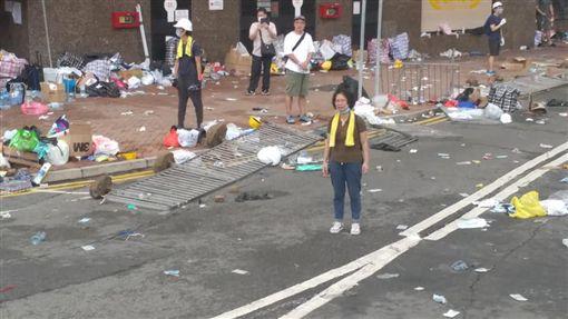 香港媽媽12日面對全副武裝的鎮暴港警毫無懼色,聲嘶力竭地對員警喊話:「我不想這裡變成天安門廣場!」(圖取自facebook.com/tsang.c.ho.5)
