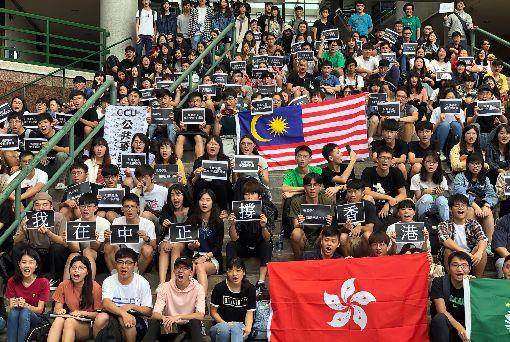 中正大學聲援香港反送中(1)香港「反送中」遊行引發全球關注,國立中正大學公共事務研習社13日舉辦聲援活動,大批學生在中庭靜坐、持標語聲援。中央社記者黃國芳攝 108年6月13日
