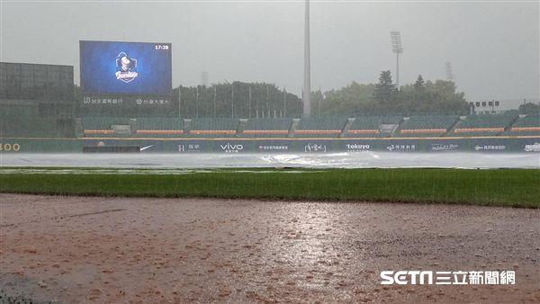 新莊棒球場大雨延賽。(圖/記者王怡翔攝影)