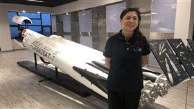 福衛七號發射在即 計畫主持人朱崇惠盼一切順利福爾摩沙衛星七號蓄勢待發,計畫總主持人朱崇惠(圖)希望火箭排程一切順利,預計今年完成發射。圖後方為福七火箭模型。中央社記者劉麗榮新竹攝  108年3月16日