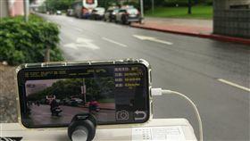 北市17處易超速路段加強執法 員警手機就可抓台北市政府警察局交通警察大隊選定17處易超速路段,即日起加強執法,為加強機動性,手機將與雷達發射器、閃光燈結合,透過內建相機就可抓超速。中央社記者梁珮綺攝 108年6月13日