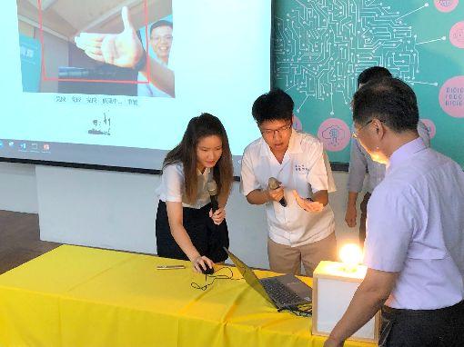 師生示範人工智慧教材教育部14日舉行記者會,提出「人工智慧(AI)與新興科技教育總體實施策略」,台南二中師生示範教材學習。中央社記者陳至中台北攝  108年6月14日
