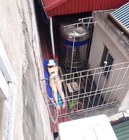 女子在遮雨棚上做日光浴(圖/翻攝自臉書)