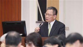 財長:國家發展須全面考量 不能只有北京觀點鴻海董事長郭台銘認為,台灣參加區域經濟合作的「鑰匙」在北京。財政部長蘇建榮(後)22日在立法院受訪時表示,思考國家發展須全面考量,要有國際性思維,「不是單單只靠北京這個觀點」。中央社記者吳翊寧攝 108年4月22日