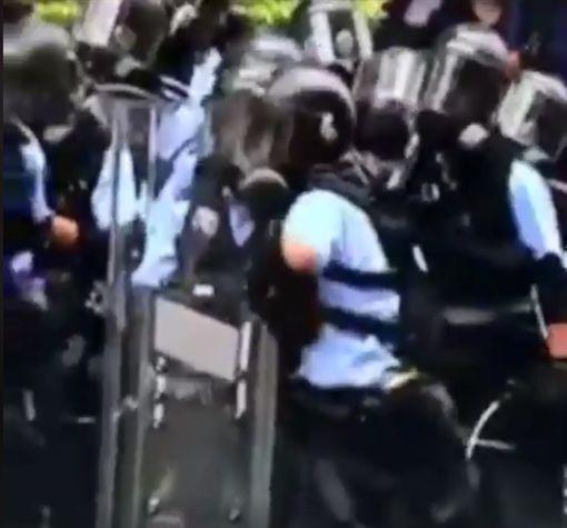 香港「反送中」抗議遊行舉世矚目,大批年輕人集結在金鐘,要求政府撤回《逃犯條例》修訂,但在遊行中,警方無情鎮壓,以催淚彈、橡膠子彈攻擊,甚至還向遊行群眾開槍,讓港民十分痛心。而在衝突過程中,一名警察似乎累了,要投擲「催淚彈」時,誤把自己的「熱水壺」丟出去,讓在場的警察陷入一陣尷尬。(圖/翻攝自臉書香港on9協會)