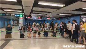 香港人地鐵跪地呼籲罷工反送中 圖/香港眾志提供