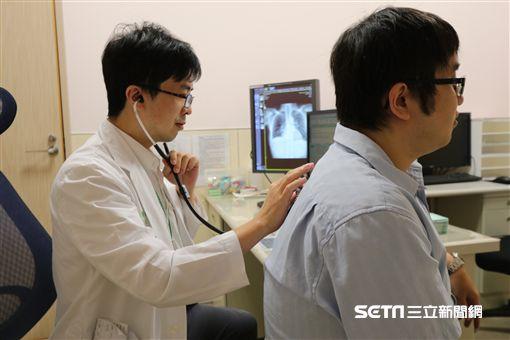 亞大醫院胸腔內科主治醫師林育生替患者進行聽診搜檢。(示意圖非新聞當事人/亞大病院供給)