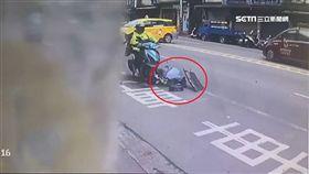 砰!小黃違規迴轉撞車 騎士倒地還遭輾