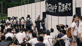 第二波行動!地鐵跪地籲「香港總罷工」 反送中還擊港府 圖翻攝自香港眾志 Demosistō臉書