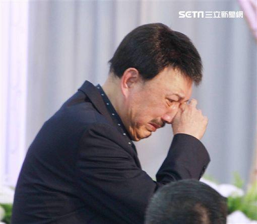 ▲余天、李亞萍淚送好友賀一航。(圖/記者邱榮吉攝影)