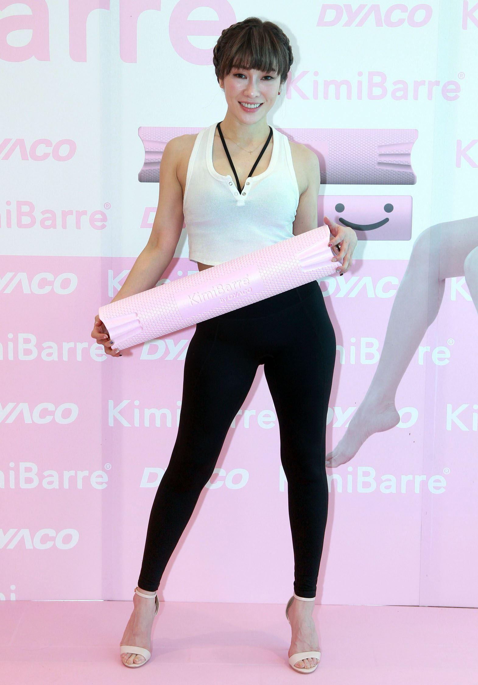 Kimiko首推人身形專用美型棒,教你鍛鍊深層肌肉,打薄女性大腿內側、手臂內緣、腋下肥肉讓妳達到纖細修長的美態。(記者邱榮吉/攝影)