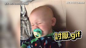 ▲爸爸再次發出魔笑,寶寶痛苦地別過臉。(圖/AP/Newsflare 授權)