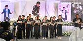 賀一航告別式教會成員吟唱詩歌「這一生最美的祝福」獻給賀一航大哥。(記者邱榮吉/攝影