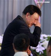賀一航告別式余天淚送老友,曝賀一航缺錢時叫我「乾爹」。(記者邱榮吉/攝影)