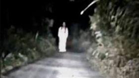 夜遊,撞鬼,女鬼,白衣(圖/翻攝自靈異公社)