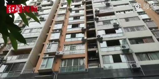 中國大陸,1歲男嬰遭父親扔下樓慘死(圖/翻攝自微博)