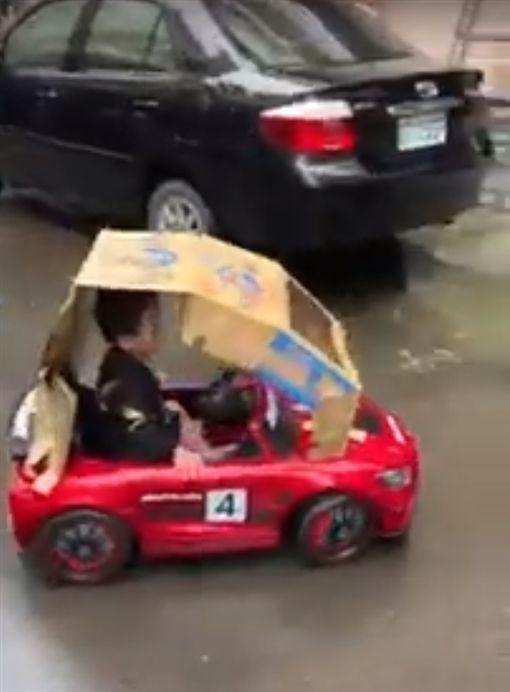 下雨天想坐賓士車,爺爺馬上幫愛孫跑車做車篷/爆廢公社