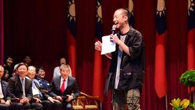 107學年度屏科大畢業典禮,邀請浩子演講。(圖/翻攝自國立屏東科技大學臉書)