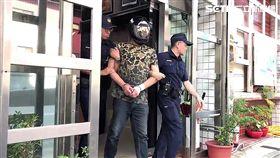 台北市北投區邱姓幫派份子前往林森北路訪友,遇上警方盤查逃跑遭仍逮,並在他身上搜出改造手槍2把及子彈36顆,全案訊後依槍砲罪移送法辦(翻攝畫面)