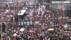 0616反送中遊行,群眾穿上黑衣,舉標語大喊「撤惡法」,新聞台