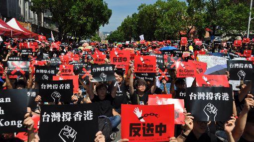 隔海撐香港  數千人立院前集會反送中數千台灣民眾16日下午在立法院前參加「反送中,撐香港」集會,高喊「撐香港,反送中」和「拒絕一中,反對和平協議」的口號。中央社記者沈朋達攝  108年6月16日