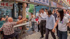蔡英文總統16日上午到萬華龍山寺及青山宮參拜,並到華西家吃美食。(圖/翻攝蔡英文臉書)