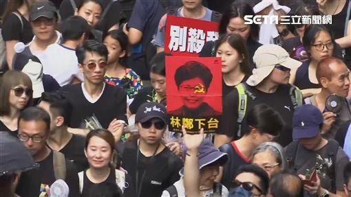反送中群眾穿上黑衣,舉標語大喊「奴才賣台」、「林鄭下台」、「不要射殺香港人」(圖/AP授權)