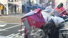 阿婆回收車上藏亮點 網:不用上班了 (圖/翻攝自爆廢公社臉書)
