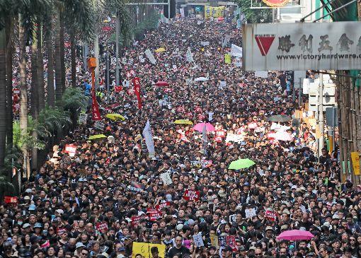 反送中人潮洶湧香港反送中大遊行16日再度登場。由於人數太多,警方由3條行車線加開至6條,圖為軒尼斯道往來車道都被遊行人士占滿。中央社記者張謙香港攝 108年6月16日