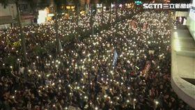 0616反送中遊行,入夜後,「黑潮」仍未散去,許多香港民眾也舉起了手機並開啟了燈光,萬人燈海照亮了香港街頭,圖/翻攝自AP影音