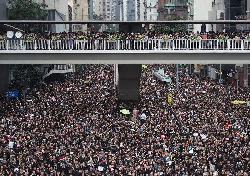 反送中遊行再起  訴求林鄭月娥下台(3)香港泛民主派團體民間人權陣線16日再發起反修訂逃犯條例大遊行,遊行群眾高喊口號表訴求,目的之一是要求行政長官林鄭月娥下台。中央社記者裴禛香港攝  108年6月16日