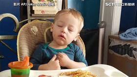 ▲結果下一秒寶寶竟又睡著了。(圖/AP/Jukin Media 授權)