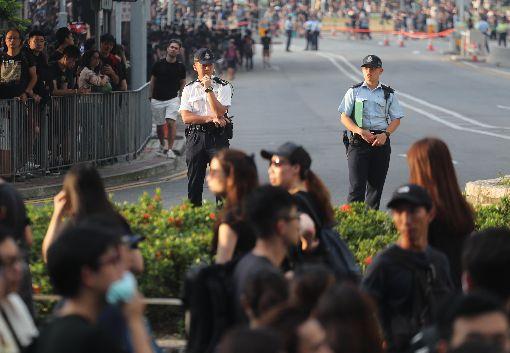 反送中再起人潮超乎預期 港警撤除道路管制香港泛民主派團體民間人權陣線16日再次發起反修訂逃犯條例大遊行,遊行隊伍行進到政府總部外時,因人數過多,警方撤除道路管制,讓遊行民眾通過。中央社記者裴禛香港攝  108年6月16日