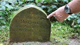 散步撞見神秘小墓碑 清理乾淨見130年前字跡…他看懂後暖心笑了(圖/翻攝自Sid Saunders FB)