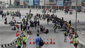 反送中抗爭者占據車道(1)香港泛民主派團體民間人權陣線16日再次發起反修訂逃犯條例大遊行,17日上午仍有抗爭者占據道路,準備持續抗戰。中央社記者裴禛香港攝  108年6月17日