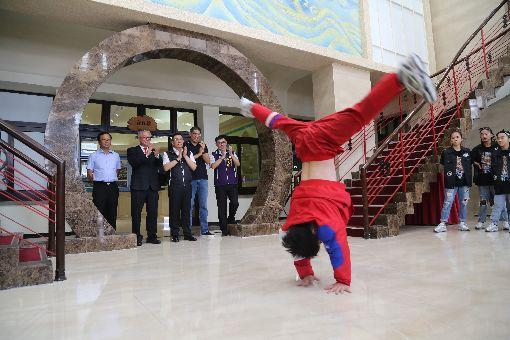 竹市議長贊助街舞團出賽經費  團員秀舞技中華民國霹靂舞協會理事長連勝文(左4)17日率新竹KGB街舞團的團員、教練,到新竹市議會拜會議長許修睿(左3),感謝慷慨贊助出賽經費。團員也在現場秀了一段街舞表演。中央社記者魯鋼駿攝  108年6月17日