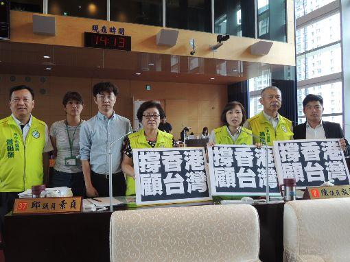 聲援香港反送中  中市綠營議員未來不敢過境香港多名民進黨籍台中市議員17日在市政總質詢時聲援香港,並要求市長盧秀燕表態挺香港,曾在香港過境時遭無故留置85分鐘的議員蕭隆澤(右2)表示,再也不敢過境香港了。中央社記者郝雪卿攝  108年6月17日