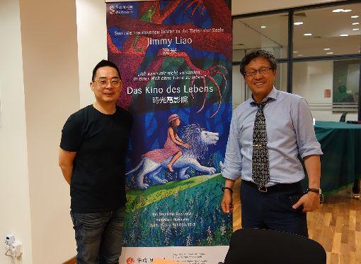 幾米巡迴德瑞演講幾米(左)13日在駐德代表處台灣文化廳分享作品時與駐德代表謝志偉(右)合影。(駐德代表處文化組提供)中央社記者林育立柏林傳真 108年6月17日