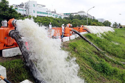 減緩汛期淹水  台南新抽水機組陸續到位(2)台南市政府添購大型移動式抽水機汰換老舊機組,新機組17日進行功能測試。(台南市政府提供)中央社記者楊思瑞台南傳真  108年6月17日