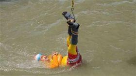 印度魔術師拉希里表演水中逃脫失敗恐溺斃。(圖/翻攝自BBC News)