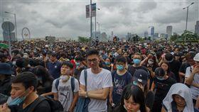 反送中示威者至特首辦抗議(1)香港立法會議員17日率反修訂逃犯條例示威者至行政長官辦公室外,要求與特首林鄭月娥對話。中央社記者裴禛香港攝 108年6月17日
