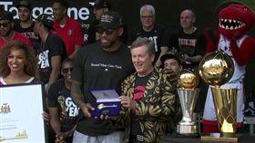 NBA/留下吧!可愛獲贈多倫多市鑰 NBA,多倫多暴龍,Kawhi Leonard,封王遊行,市鑰 翻攝自推特