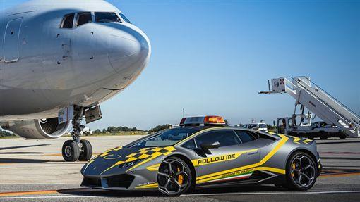 ▲Lamborghini Huracan擔任機場引導車(圖/翻攝網路)
