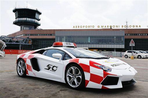 ▲Lamborghini Aventador擔任機場引導車(圖/翻攝網路)
