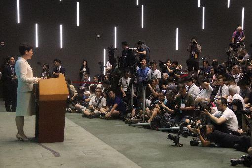 林鄭月娥對逃犯條例修訂  公開道歉(3)香港特首林鄭月娥18日下午舉行記者會,針對逃犯條例修訂引發社會的不安表達真誠道歉,並希望社會裂痕儘快修補。但她並未承諾撤回逃犯條例修正案。中央社記者張謙香港攝 108年6月18日