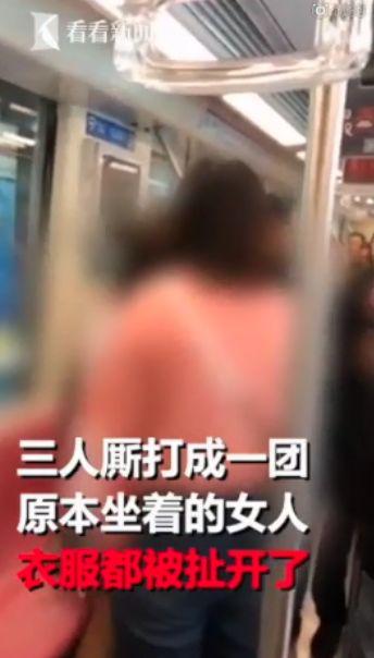 3女地鐵上激烈廝打!她慘遭夾攻「衣服被撕開」...露出紅色內衣(圖/翻攝自看看新聞)