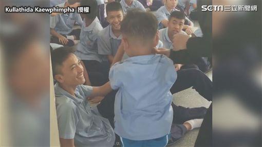 ▲被叫醒後學長給了一個大微笑。(圖/Kullathida Kaewphimpha 授權)