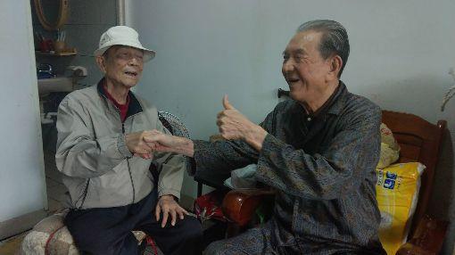 兄伴身障弟47年 放棄赴日留學與婚姻 宜蘭頭城86歲民眾蔡中茂(左)年輕時放棄到日本留學與成家的機會,只為照顧小他3歲瘖啞又失明弟弟蔡木火(右),兄弟倆相依為命至今已47年。(民眾提供)中央社記者沈如峰宜蘭縣傳真 108年6月18日