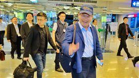 林佳龍晚間搭機出訪貝里斯(1)交通部長林佳龍(前右)18日晚間率團搭機出訪,將代表中華民國前往貝里斯慶祝兩國建交30週年,穿著深藍色西裝的他戴著一頂棒球帽、背著公事包相當低調。中央社記者吳睿騏桃園機場攝 108年6月18日