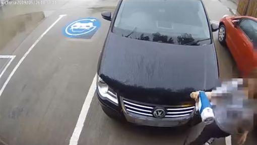 ▲英國車主拿電動車充電插頭幫輪胎充氣(圖/翻攝網路)